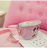 """Детская голографическая блестящая сумочка бананка через плечо """"Микки Маус """" розовая, фото 6"""