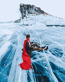Красный шарф на льдине байкала