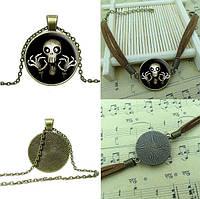 Комплект бижутерии (кулон, цепочка, браслет).