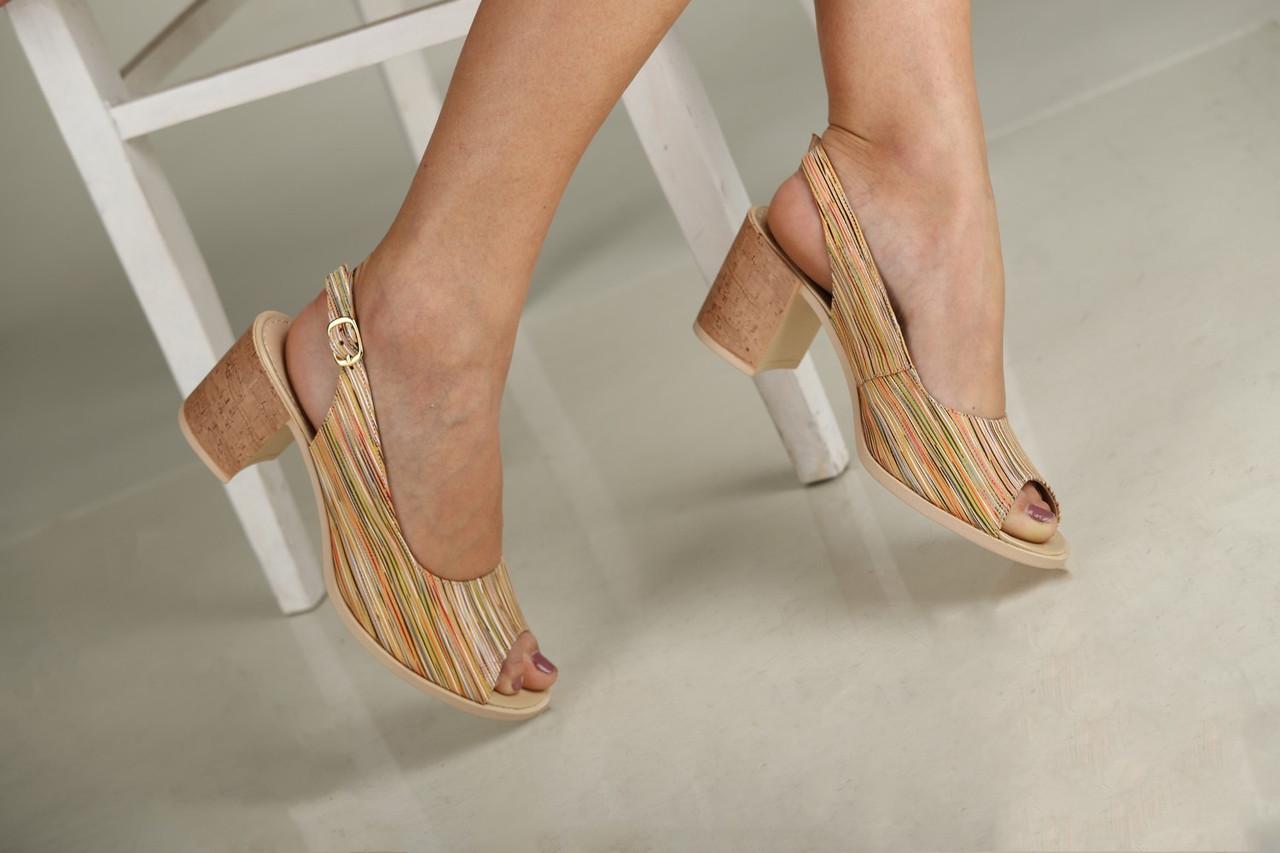 Бежевые женские босоножки на небольшом каблуке 38-40
