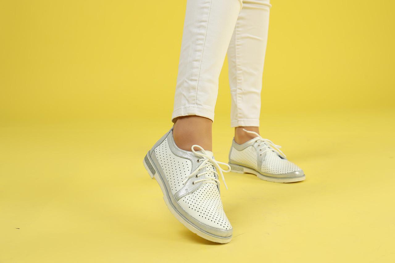 Белые туфли с перфорацией на шнуровке с плоской подошвой