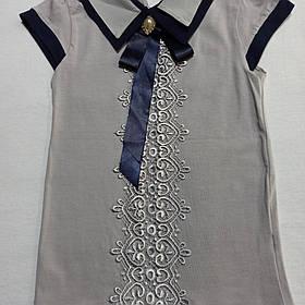 Блуза для девочки с коротким рукавом и отстежной брошью серого цвета