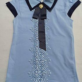 Блуза для девочки с коротким рукавом и отстежной брошью.
