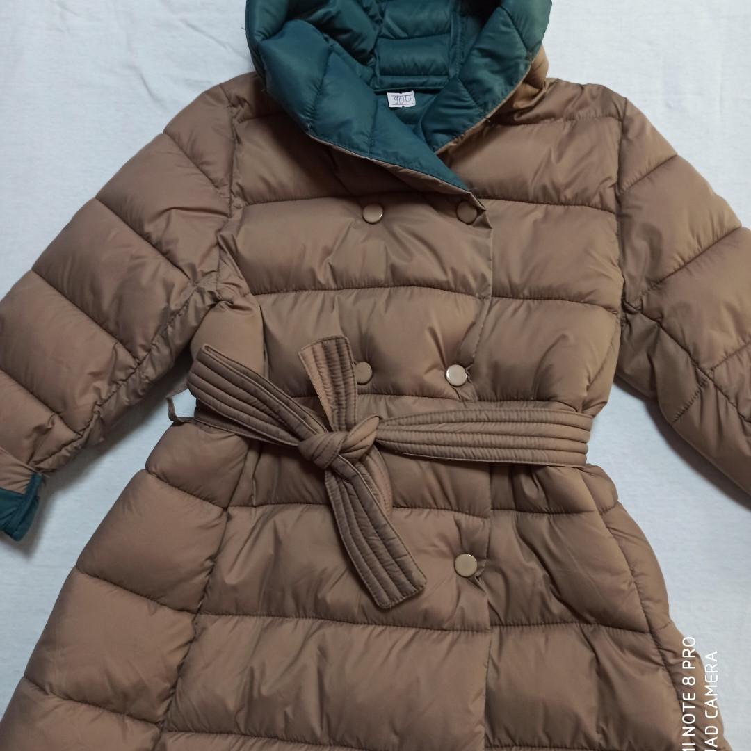 Пальто для девочки демисезонное с капюшоном и с поясом на кнопках.