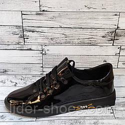 Женские лаковые кроссовки на шнуровке