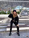 Трикотажный брючный костюм в черном цвете с укороченной мастеркой на молнии 31ks1023, фото 2