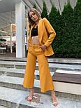 Женский горчичный брючный костюм: удлиненный пиджак и брюки кюлоты, с поясом, фото 2