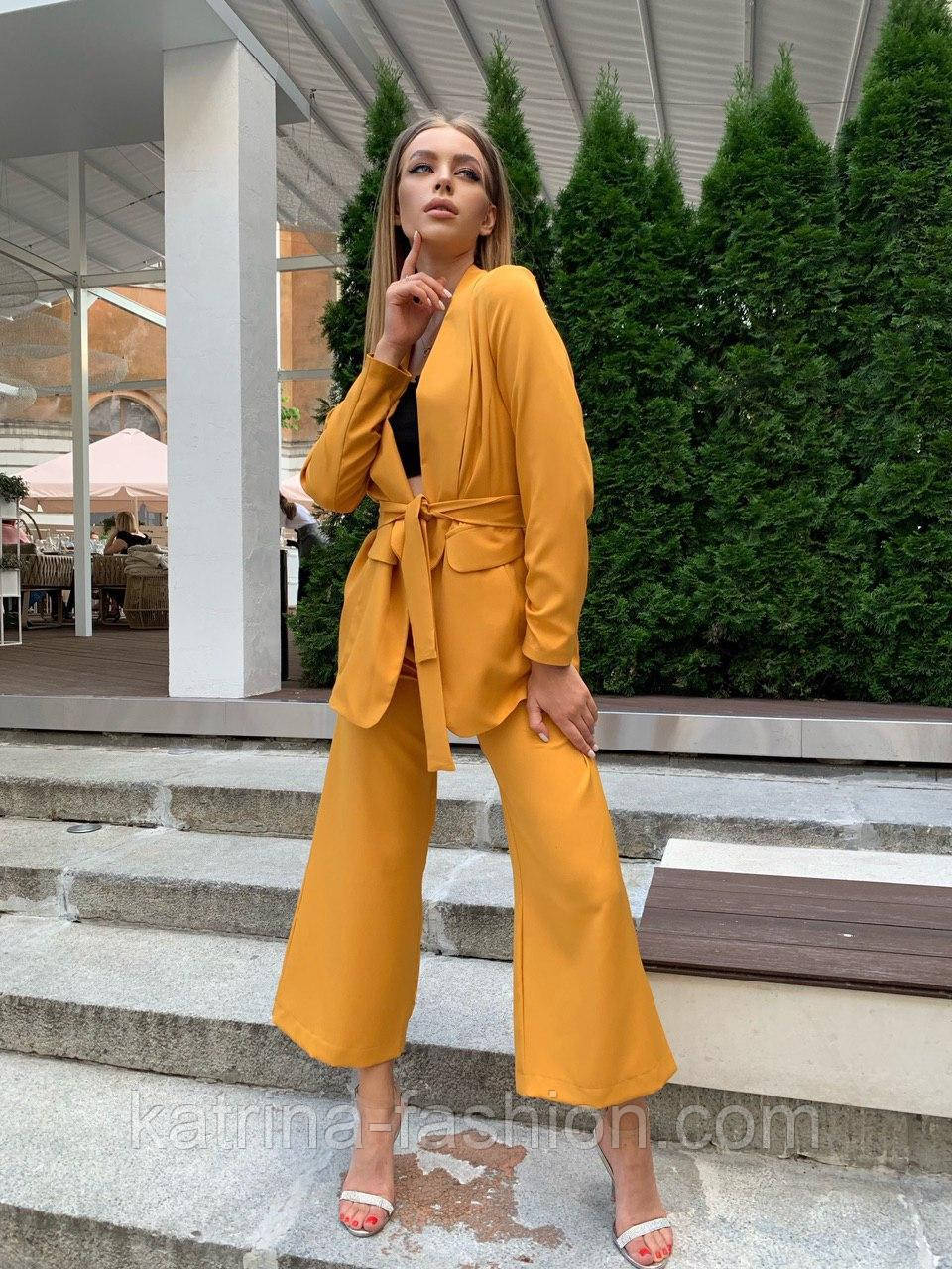 Женский горчичный брючный костюм: удлиненный пиджак и брюки кюлоты, с поясом