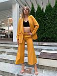 Женский горчичный брючный костюм: удлиненный пиджак и брюки кюлоты, с поясом, фото 3