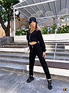 Трикотажный брючный костюм в черном цвете с укороченной мастеркой на молнии 31kos1023, фото 3