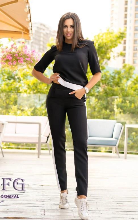 Удобный женский костюм с брюками и лампасами черный