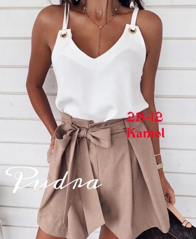 Красивая белая блузка с завязками и люверсами