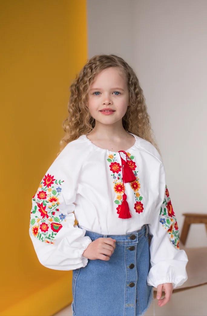 Вишиванка для дівчинки з квітковим візерунком