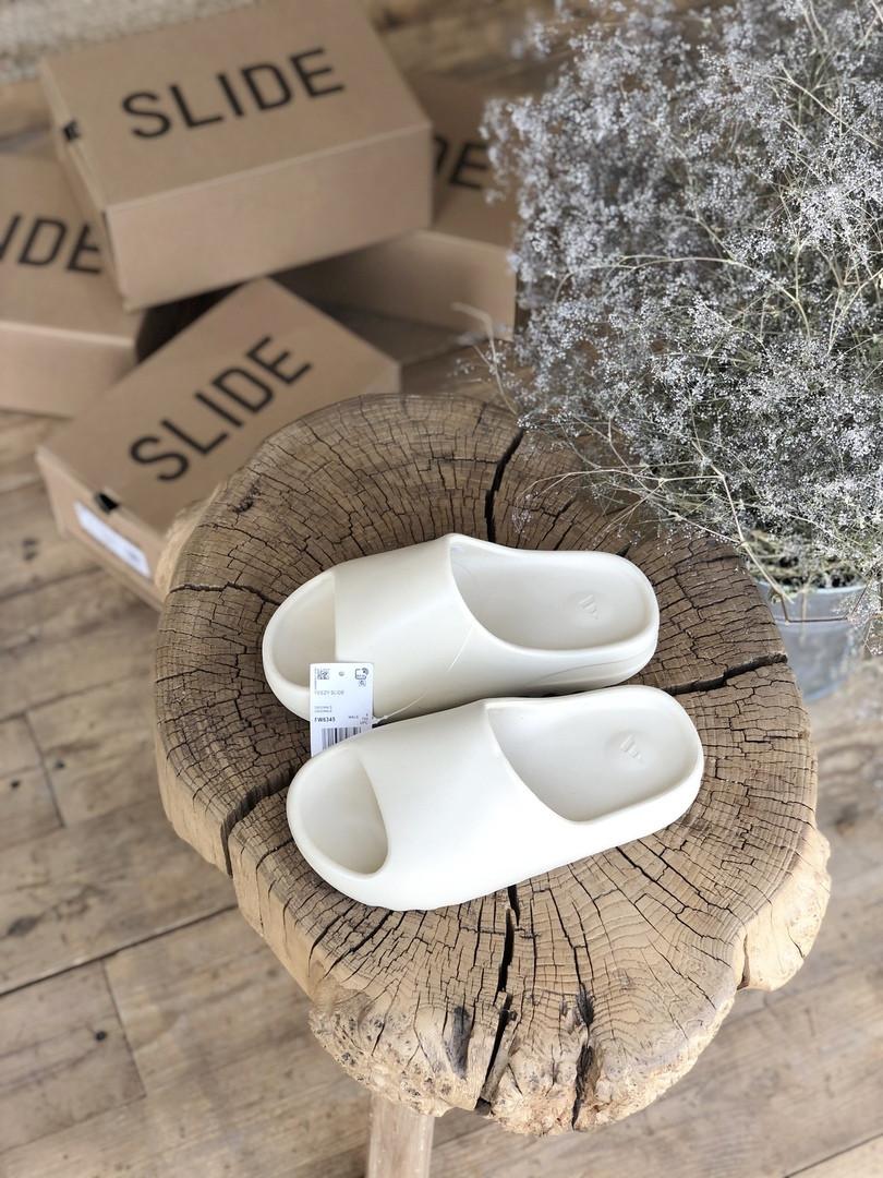Сланцы женские Adidas Yeezy Slide. Стильные женские шлепанцы Адидас.