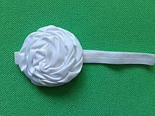Повязка детская с розочкой белая -  цветок 8см, окружность 36-52см
