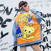 Женская джинсовая куртка Simplee Looney Tunes с патчами и пайетками голубая One Size, фото 1