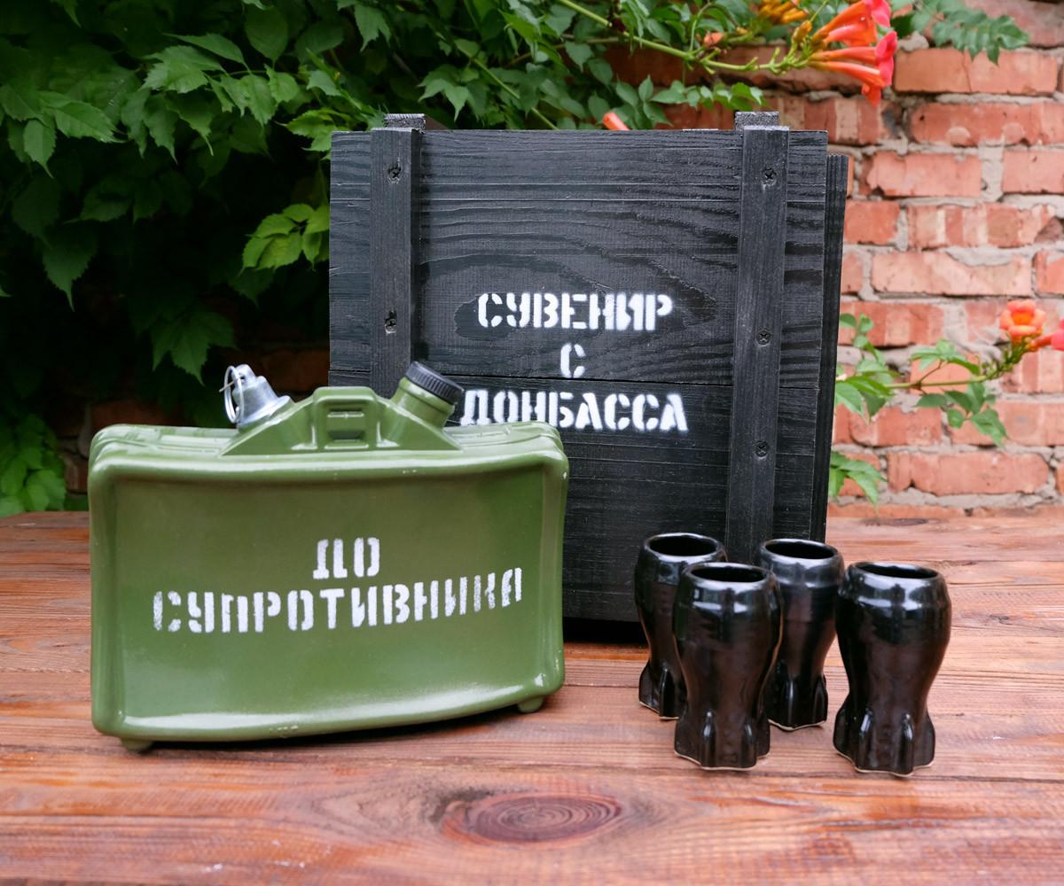Сувенир с Донбасса МОН-50 - бутылка и стаканы в деревянном ящике