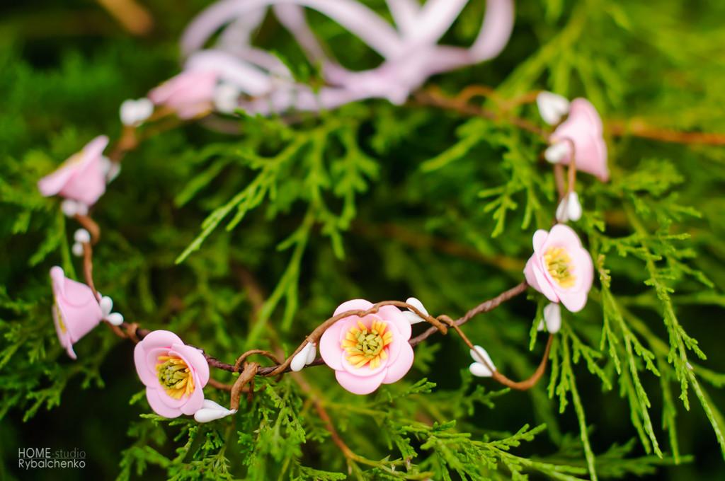 Нежно-розовый веночек из декоративных цветов (материал Фоамиран)