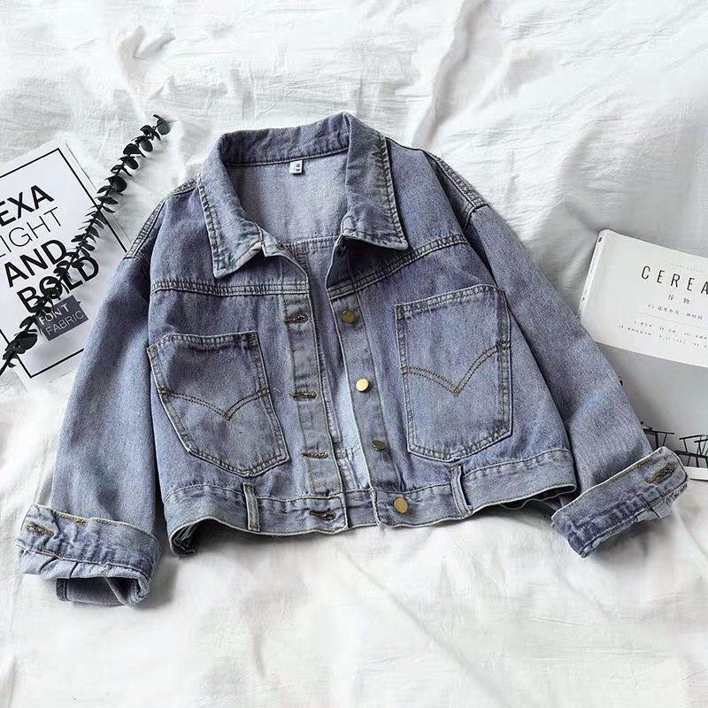 Короткая женская джинсовая куртка с карманами на груди 6801312