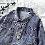 Короткая женская джинсовая куртка с карманами на груди 6801312, фото 2