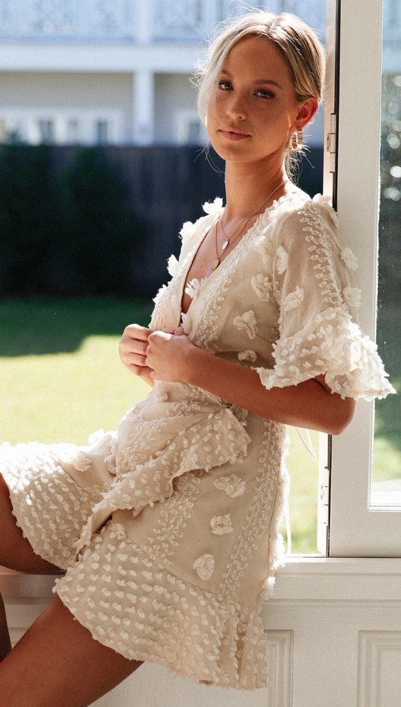 Летнее платье на запах с короткими расклешенными рукавами 78031521
