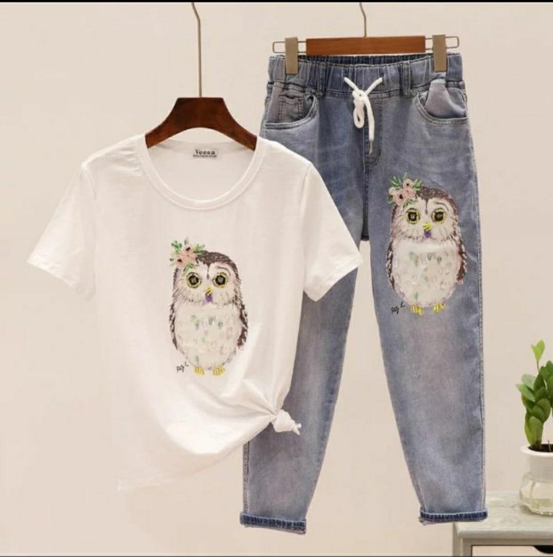 Женский джинсовый костюм с футболкой и джинсами с аппликацией 79101049