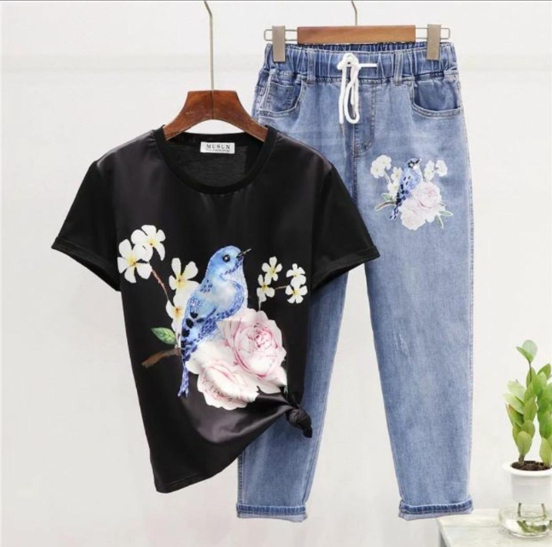 Женский костюм  двойка - джинсы и футболка с рисунком, джинсы на резинке 79101051