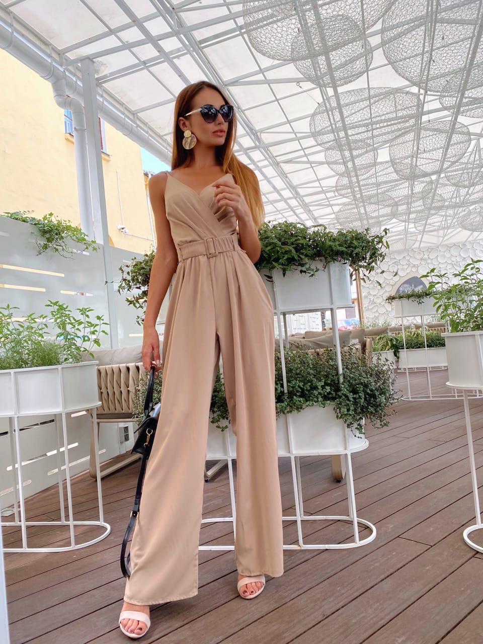 Жіночий літній комбінезон з брюками-кльош і верхи на запах з бретелями 36101054