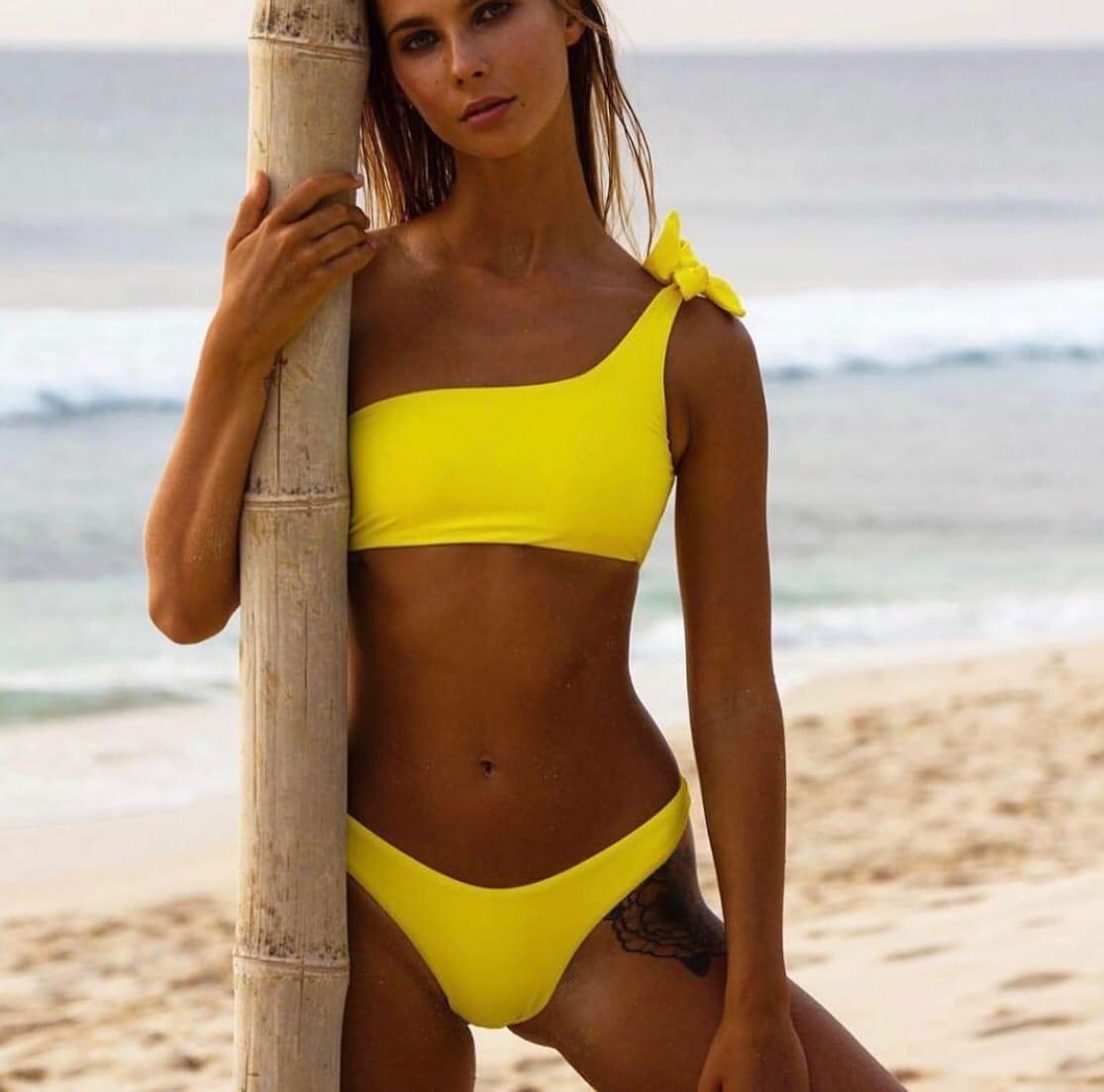 Желтый раздельный женский купальник с топом на одно плечо 6125569