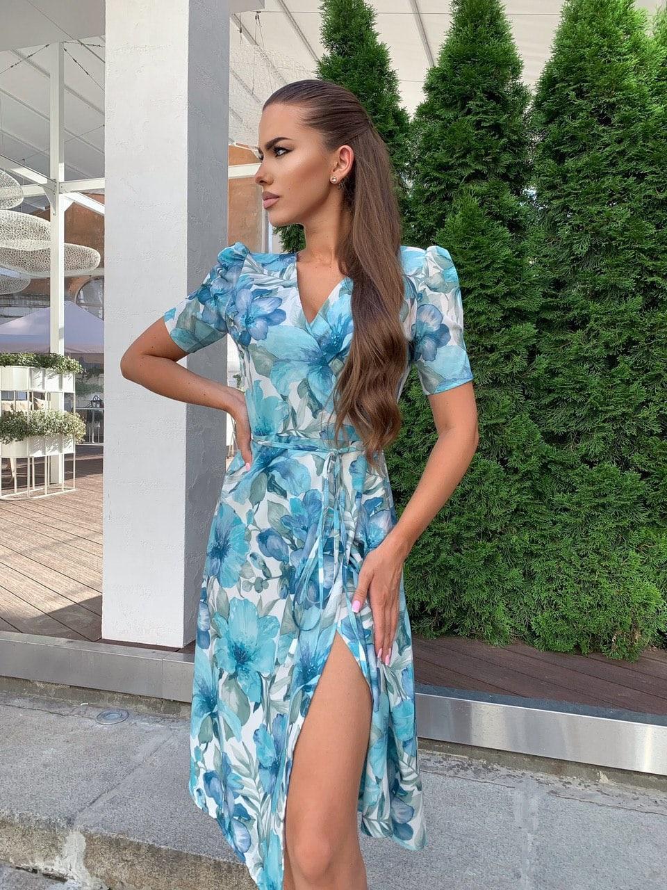 Летнее платье на запах в цветочный принт с короткими рукавами и длиной миди 60py1524