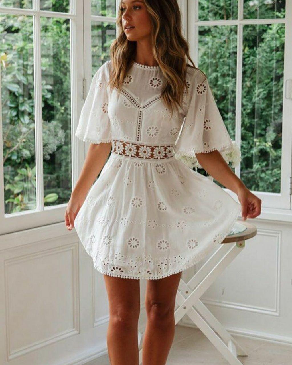 Белое летнее платье из прошвы с расклешенной юбкой и вырезом на спине 79py1525