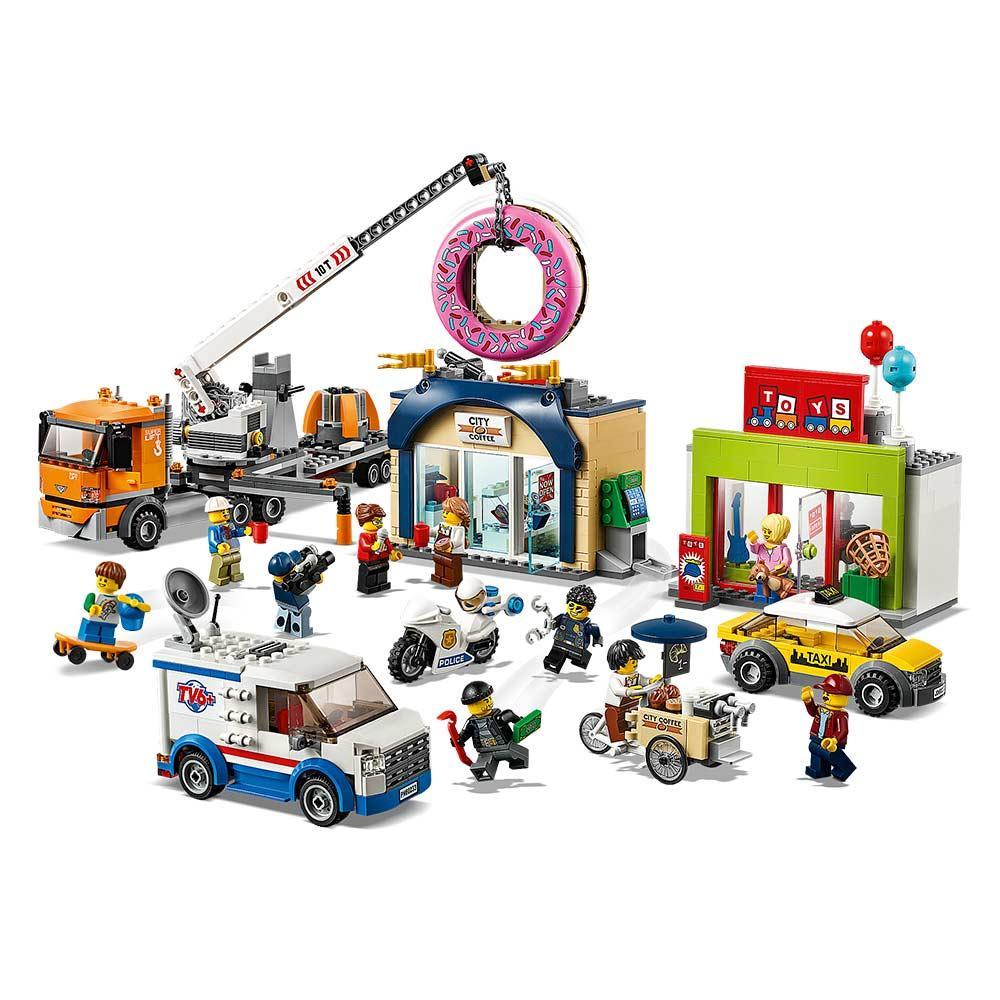 Конструктор LEGO City Открытие магазина пончиков 790 деталей (60233)
