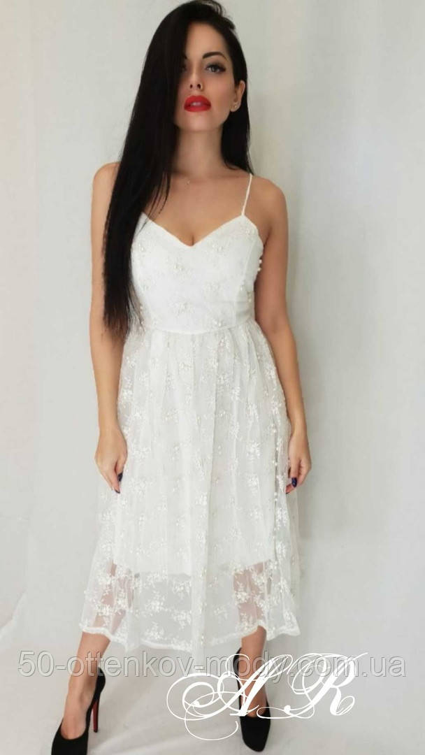 Женское платье миди на бретелях с пышной юбкой с бусинками белое