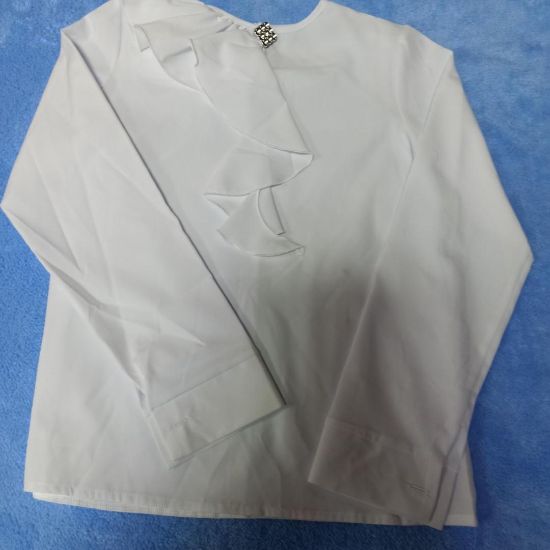 Нарядная школьная белая блуза для девочки с жабо и брошью.