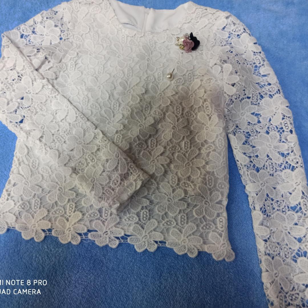 Нарядная шикарная белая блуза для девочки из кружева с брошью.Размеры 140.146 рост.