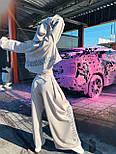 Жіночий брючний костюм з брюками-кльош і укороченим худі з об'ємним капюшоном і написом на спині 71101084, фото 2
