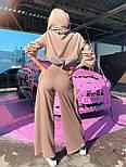 Жіночий брючний костюм з брюками-кльош і укороченим худі з об'ємним капюшоном і написом на спині 71101084, фото 3