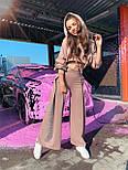 Женский брючный костюм с брюками клеш и укороченным худи с объемным капюшоном и надписью на спине 71101084, фото 4