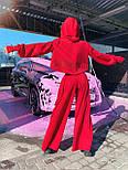 Жіночий брючний костюм з брюками-кльош і укороченим худі з об'ємним капюшоном і написом на спині 71101084, фото 5