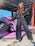 Жіночий брючний костюм з брюками-кльош і укороченим худі з об'ємним капюшоном і написом на спині 71101084, фото 7