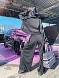 Жіночий брючний костюм з брюками-кльош і укороченим худі з об'ємним капюшоном і написом на спині 71101084, фото 8