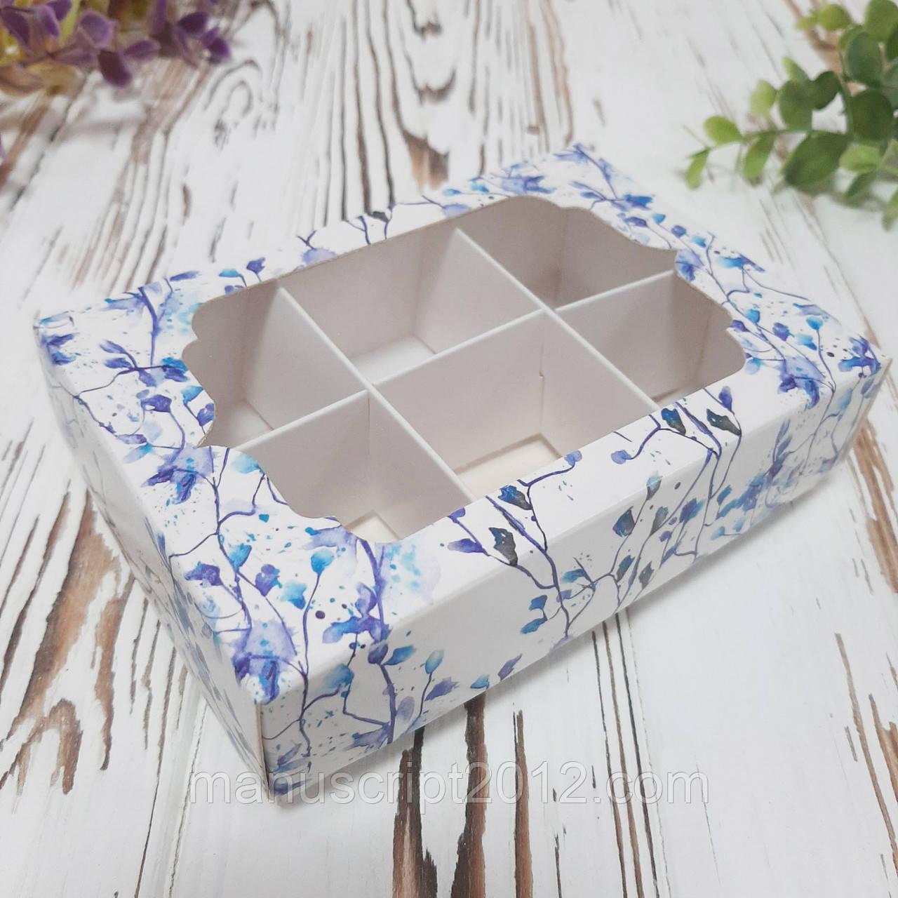 Коробка для цукерок з фігурним вікном та ложементом c блакитними квітами