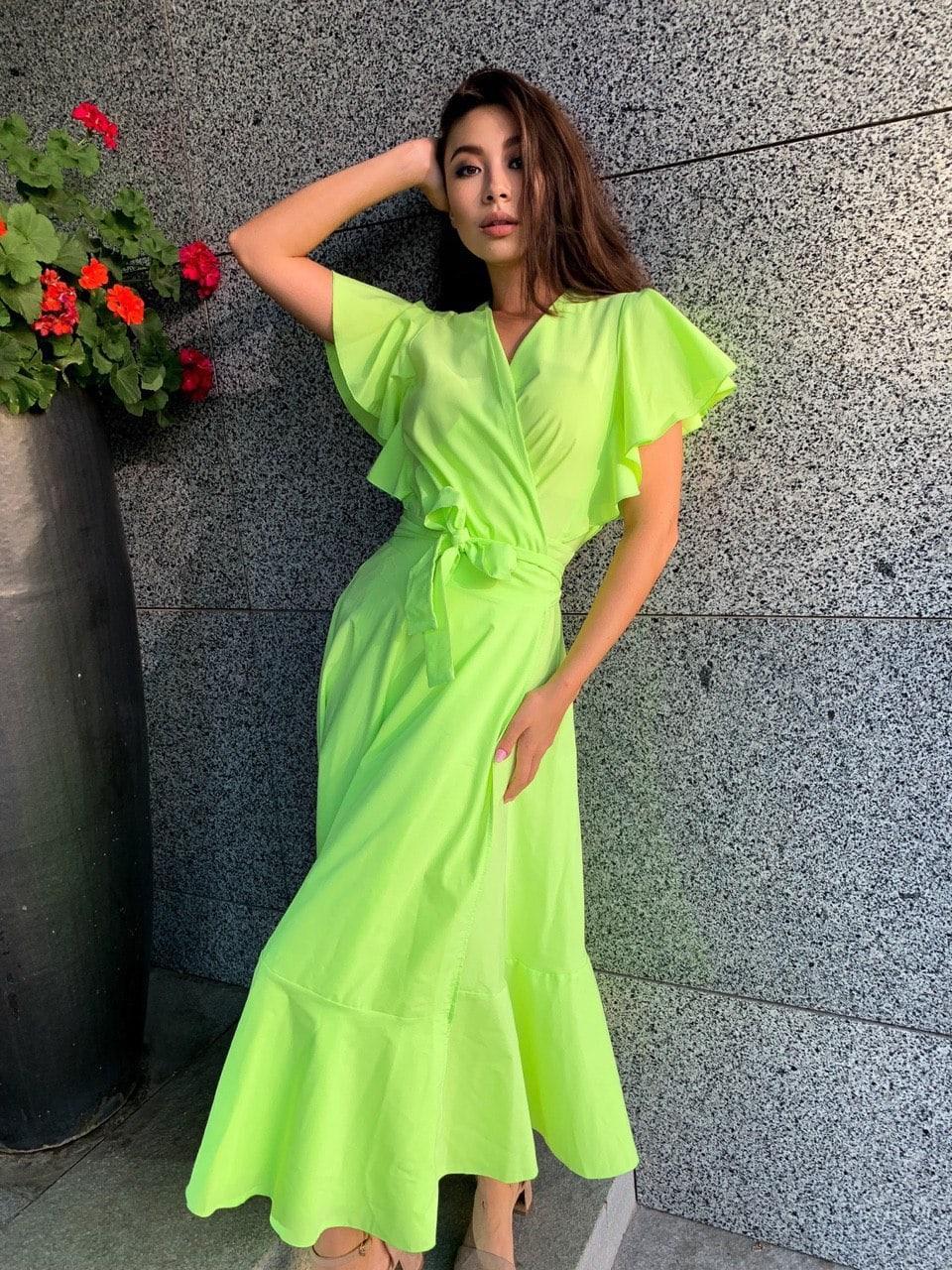 Летнее платье миди с расклешенной юбкой и рукавом - воланом 63py1539