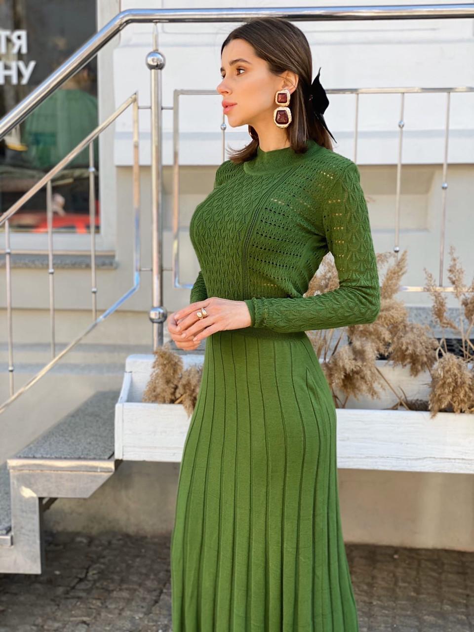 Вязаное платье с плиссированной юбкой миди и закрытым верхом 14ty1535