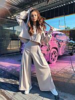 Женский брючный костюм с брюками клеш и укороченным худи с объемным капюшоном и надписью на спине 71mko1084, фото 1