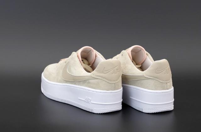 Бежевые низкие кроссовки Найк Аир Форс 1  фото
