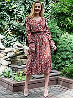 Платье свободного силуэта исполнено из высококачественного штапеля в цветочный принт.