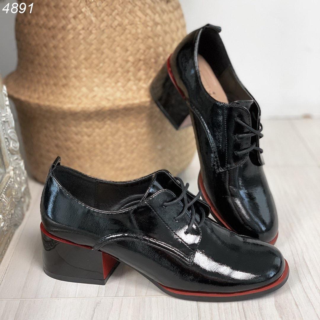 Черные туфли на невысоком каблуке