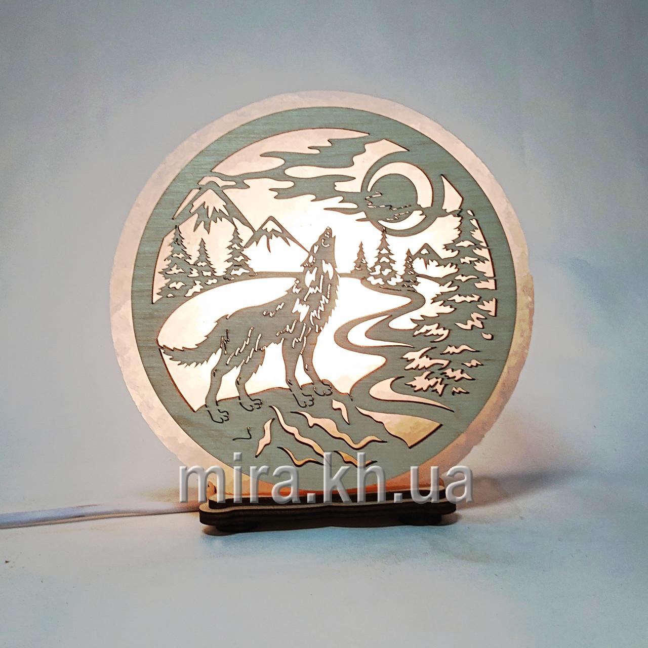 Соляной светильник круглый Волк на камне