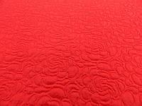 Ткань стеганка красного цвета с розами на ткани